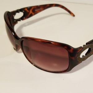 Daisy Fuentes sunglasses